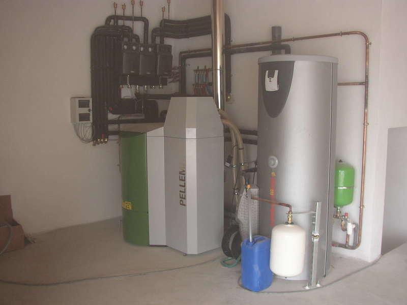 SAINT JEAN DE LUZ, février 2008. Dans cette maison neuve, nous avons installés une chaudière OKOFEN de 25 KW à aspiration qui alimente 3 circuits de plancher chauffant et un chauffe-eau solaire