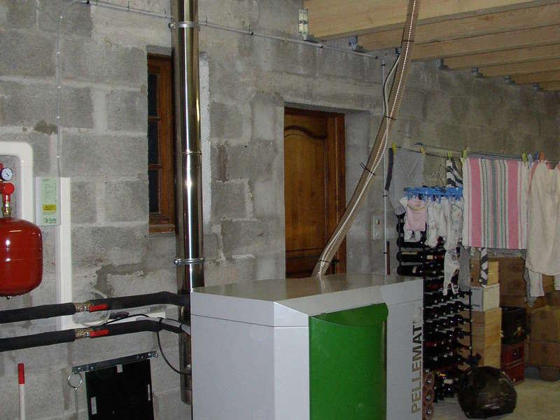 SAINT MARTIN D'ARROSSA. Décembre 2010, installation de chauffage central avec une chaudière OKOFEN  de 15 KW. Le silo se situ en partie haute.