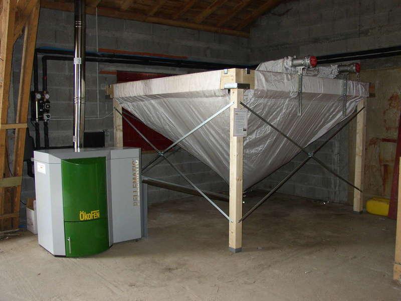 HELETTE,  septembre 2009. Installation de chauffage centrale dans cette ancienne ferme avec une chaudière OKOFEN de 15 KW.