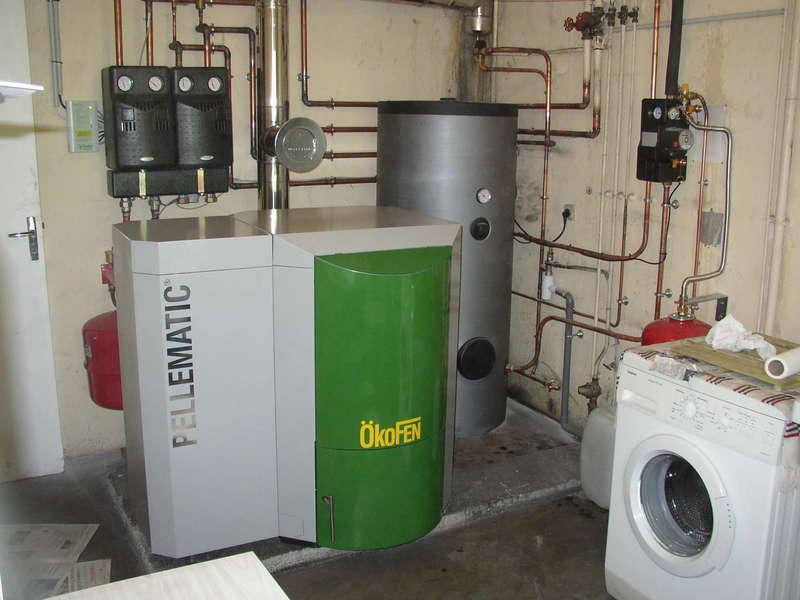 SAINT PIERRE D'IRRUBE, mai 2012. Remplacement de la chaudière fioul par une chaudière OKOFEN de  20 KW et un chauffe-eau solaire OKOFEN