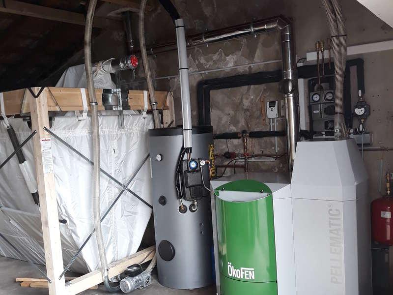 SAINT PEE/NIVELLE, aout 2018. Remplacement des PAC et de la chaudière fioul de lelevage par une chaudière OKOFEN de 20 KW et un chauffe-eau solaire OKOFEN.