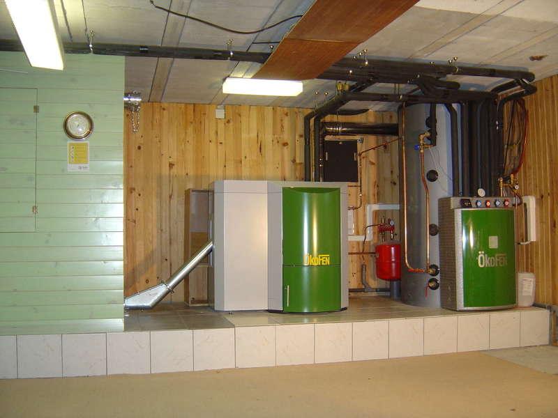 ANGLET, février 2009. Installation de chauffage centrale avec une chaudière OKOFEN de 15 KW  à condensation et un combi solaire OKOFEN