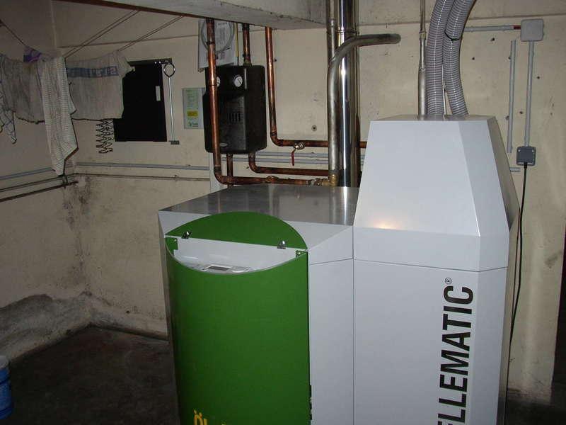 BOUCAU, novembre 2010. Dans cette grande maison ancienne, remplacement de la chaudière fioul par la chaudière OKOFEN à aspiration de 15 KW.