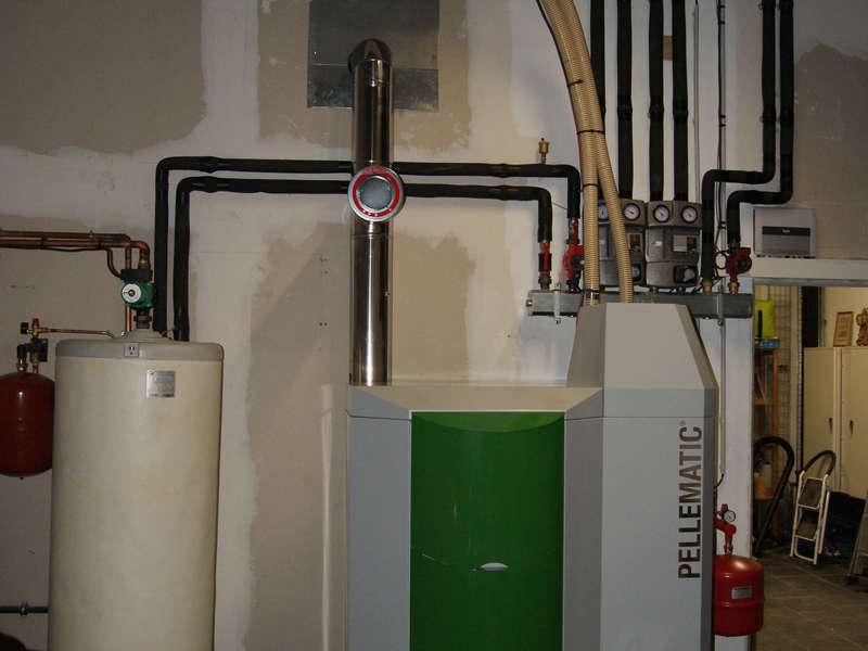 URRUGNE, quartier Olhette. Septembre 2015, dans cette grande maison de 440 m², remplacement des PAC par la chaudière OKOFEN de 36 KW avec également 1 chauffe-eau solaire OKOFEN.