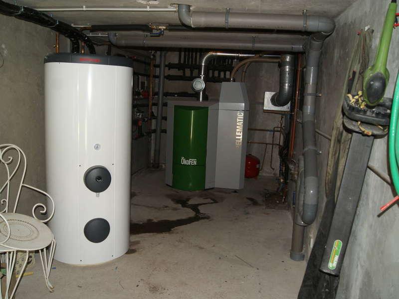 ANGLET,  décembre 2013. Remplacement de la chaudière gaz par une chaudière OKOFEN de 32 KW et un chauffe-eau solaire OKOFEN.