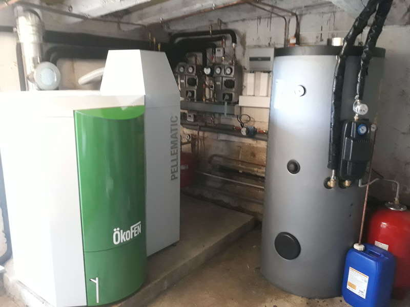 Saint PEE sur NIVELLE Aout 2019. Dans cette grande ferme rénovée avec 2 appartements de famille, nous avons remplacés les 2 chaudières fioul existantes par une chaudière OkoFen de 32 KW avec des compteurs d'énergie et un chauffe eau solaire.