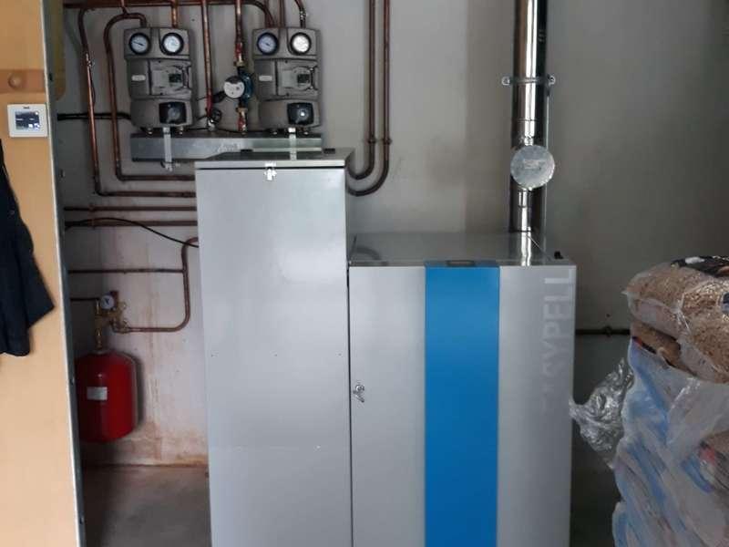 SARE, Aout 2019. Dans cette maison récente de 160m², nous avons remplacés la chaudière murale propane par une chaudière EASYPELL de 12 KW qui alimente un plancher chauffant au RCH , des radiateurs à l'étage et assure l'eau chaude avec un préparateur ECS.
