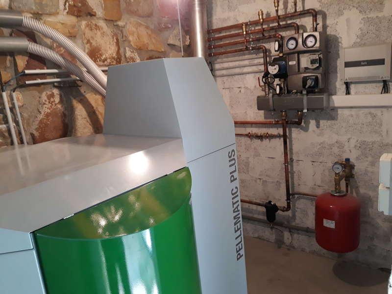 Ascain, septembre 2019. Dans cette grande maison, nous avons remplacés la chaudière fioul par cette chaudière OkoFen à condensation de 25KW.