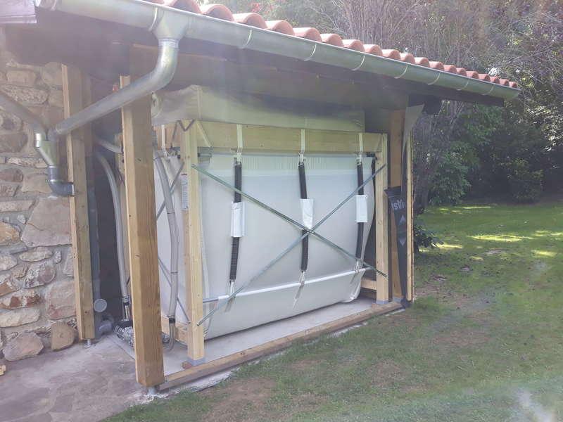 Ascain, septembre 2019. Dans cette grande maison, le silo à granulés de bois a été logé sous un avant toit qui sera fermé par le menuisier.