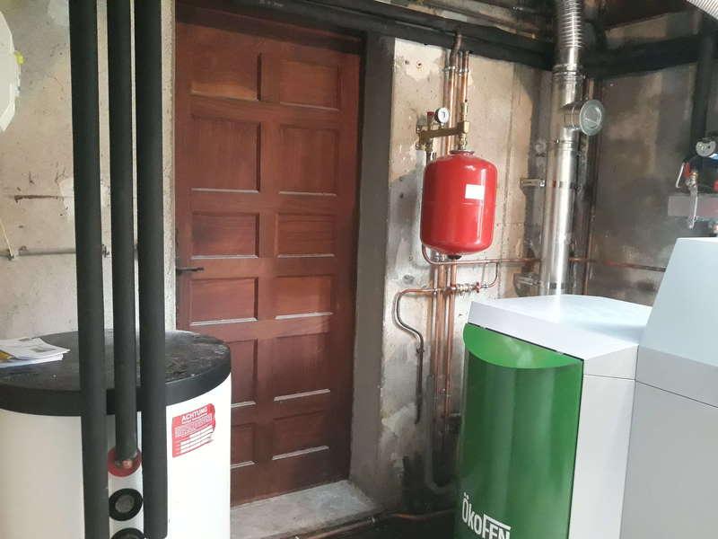 ASCAIN février 2020. Dans cette ancienne maison, nous avons remplacée la chaudière fioul par une chaudière à granulés OkoFen de 20 KW avec un préparateur d'eau chaude sanitaire.