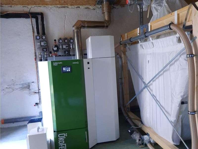 USTARITZ, novembre 2020. Dans cette grande maison, remplacement de la chaudière fioul par une OkoFen PESK41 à condensation. Sur la nourrice, 2 départs chauffage et 1 départ pour le ballon d'eau chaude qui seront raccordés sur la rénovation de l'annexe