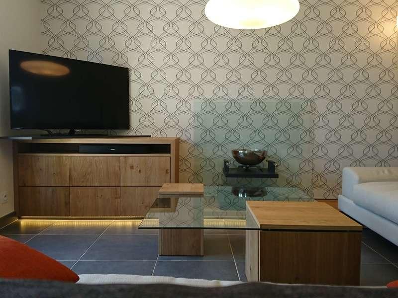 Mobilier en bois conçu et  fabriqué sur-mesure,  fourniture du canapé pas nos soins.