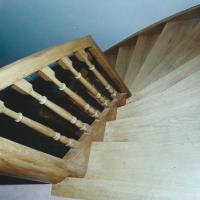 escalier à rampe continue marche de départ cintrée et noyau évidé menuiserie MIGUET EURE 27580 CHAISE DIEU DU THEIL
