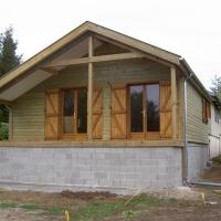 extension ossature bois menuiserie et bardage posés avec balcon sous auvent