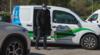 CosmétiCar un homme technicien sort de sa voiture floquée aux couleurs de la marque