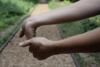 étirer la main et poignet pour lutter contre le canal carpien ostéopathe versailles