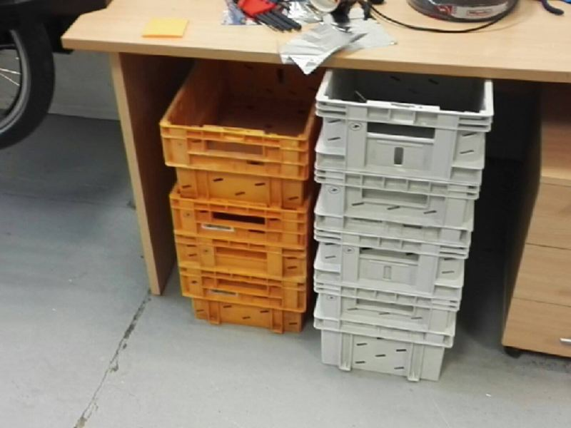 La Poste nous a prêté des caisses...il ne manque plus que la K-Ryole postale pour les ranger