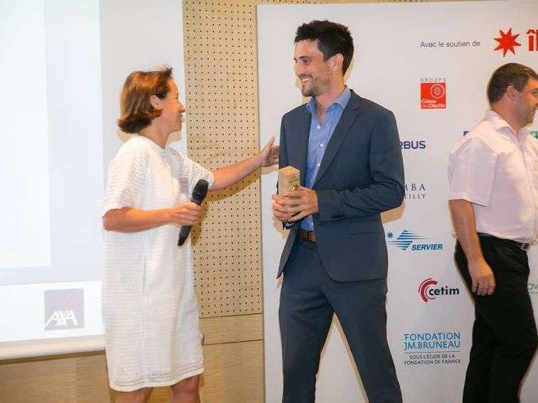 Après LE pitch : victoire, le prix est remis par Patricia Chatelain, Directrice Innovation du Groupement des Mousquetaires
