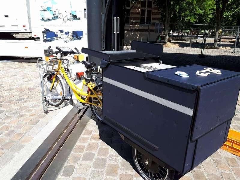 Arrivée de la K-Ryole postale à Futur en Seine...